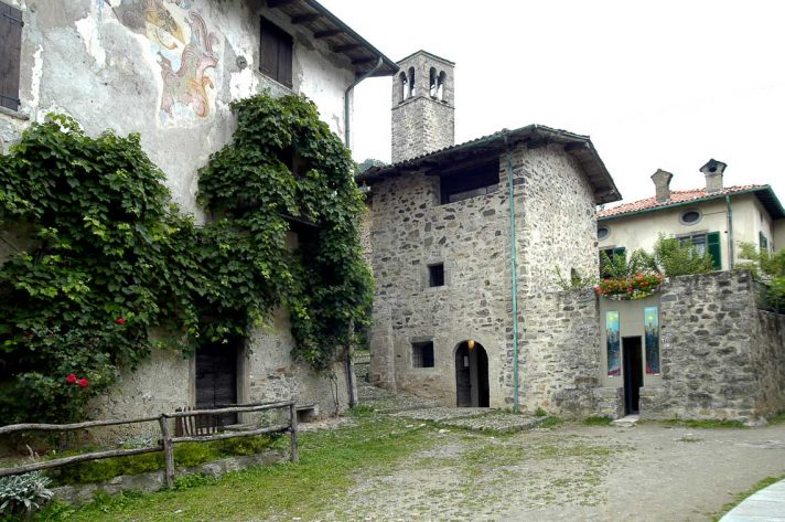 Piazzetta su cui affacciano Palazzo Tasso e il Museo