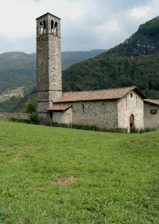 Chiesa dei Santi Cornelio e Cipriano nel borgo di Cornello dei Tasso