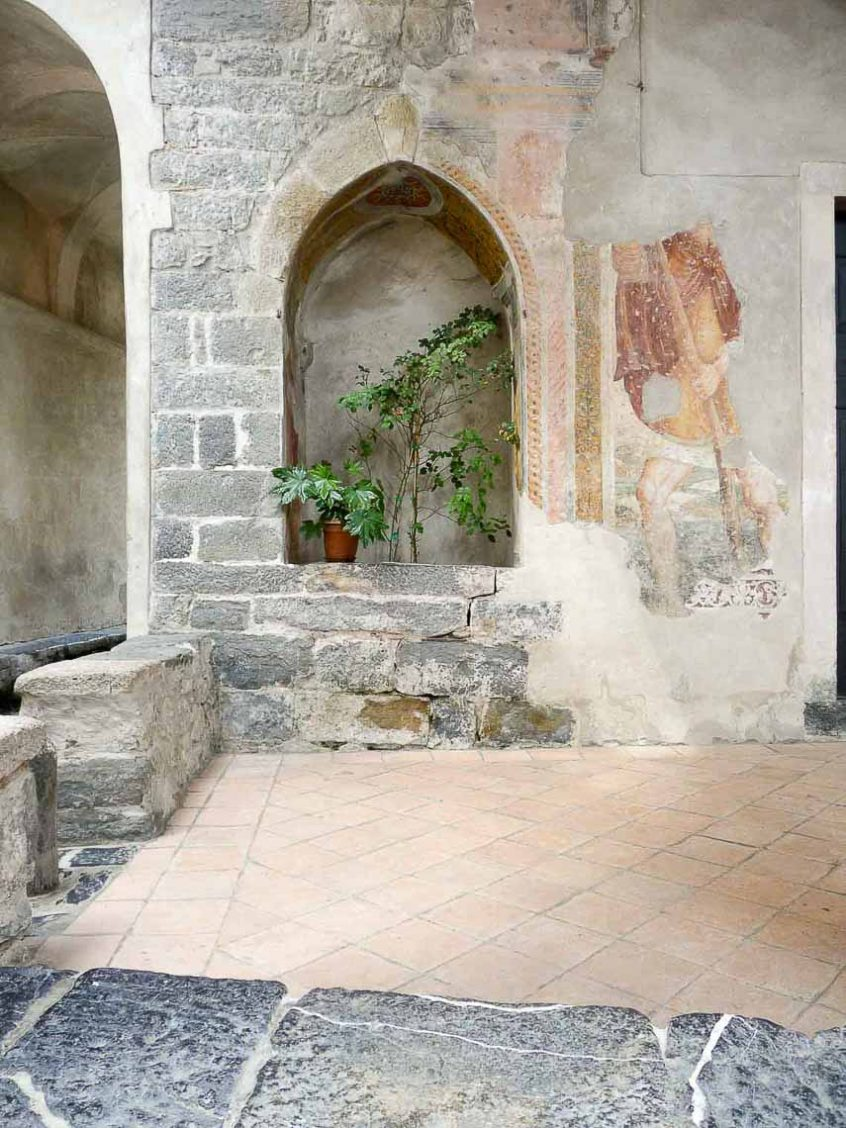 San Cristoforo affrescato sull'esterno della chiesa di Oneta