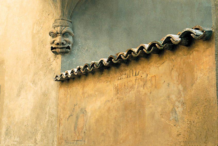 Mascherone scolpito sotto la garitta di Palazzo Boselli